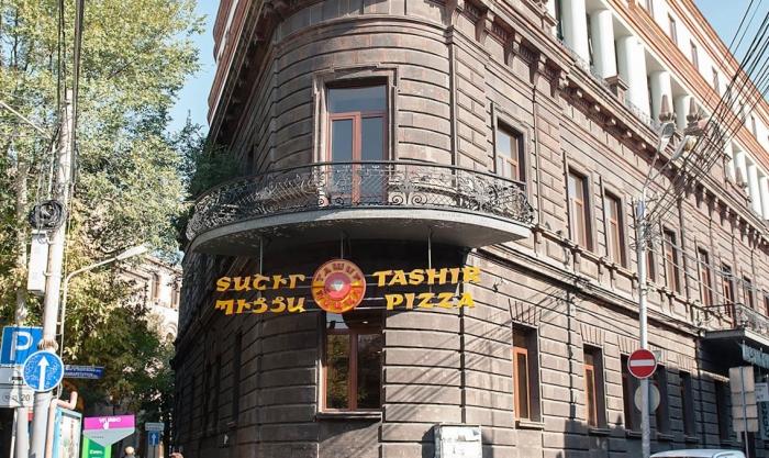 Историческое здание правительства Первой Республики вместо музея превращено в «Ташир пиццу». ФОТО