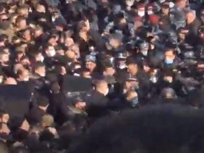 Гнусный провокатор Никол устроил в Ераблуре очередную скверность: полицейские применили силу к матерям, которые месяц назад похоронили здесь своих сыновей. Что произошло в Ереване. ВИДЕО