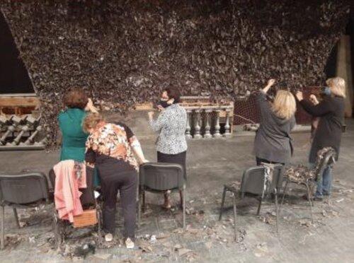 Коллектив Ереванской оперы прямо на сцене вяжет камуфляжные сетки для воюющего Арцаха
