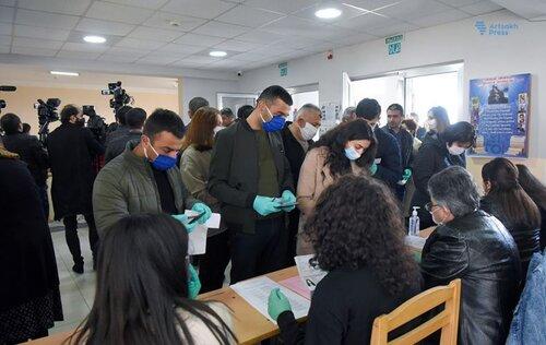 Арцахские выборы в масках: избиратели не соблюдают дистанцию в 1,5 метра и фотографируют бюллетени