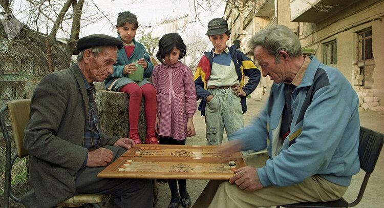 Армянский вариант: люди чихать хотели на карантин, гуляют во дворах, беседуют и играют в нарды. Срочно идите домой и не выходите!