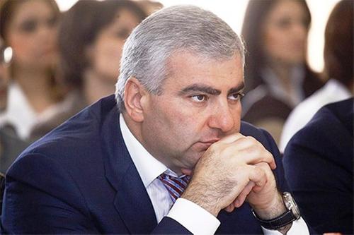 Миллиардера Самвела Карапетяна обвинили в рэкете, а его племянника — в избиении бизнесмена