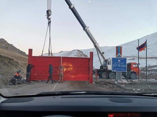 Азербайджанские военные разбили ворота в Карвачаре, въехали на территорию Соткского рудника и потребовали ее освободить. ВИДЕО