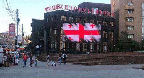 На экранах в Ереване появились инсталяции грузинского флага: «С Днем независимости, братская Грузия»
