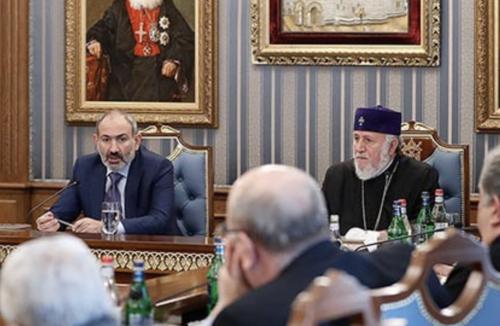 Никол Пашинян поехал в Эчмиадзин и открыто намекнул, что католикосу-отморозку Гарегину Б пора катиться из церкви к чертовой бабушке. ВИДЕО