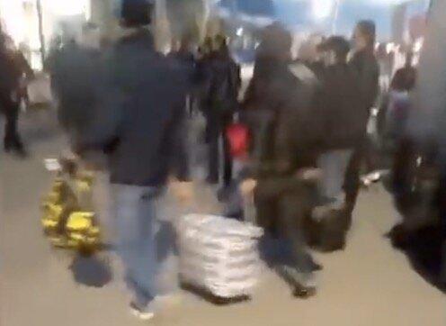 «Всех вышвырнули на улицу»: так и не дождавшихся вылета с Домодедово армян ночью выгнали из здания аэропорта, они скопились под открытым небом. ВИДЕО