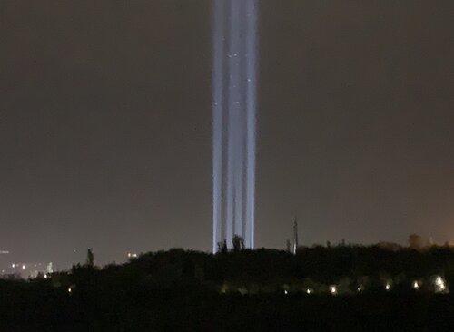 Неописуемое зрелище: прожекторы с Цицеракаберда осветили ереванское небо в память о безвинных жертвах Геноцида армян. ФОТО