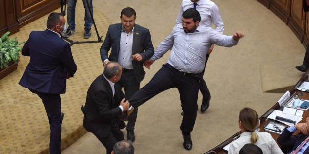 «Вместо боксерского ринга в парламенте сходите в приграничные села»: мастер боевых искусств поставил на место армянских депутатов