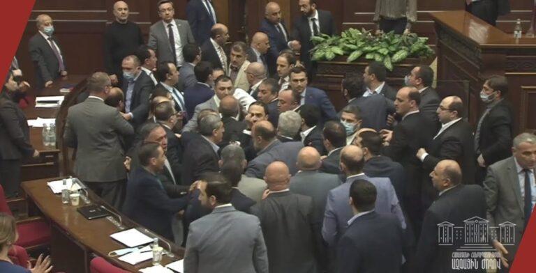 Крики, ругань, хаос, саботаж. Итоги первого заседания новоизбранного парламента Армении
